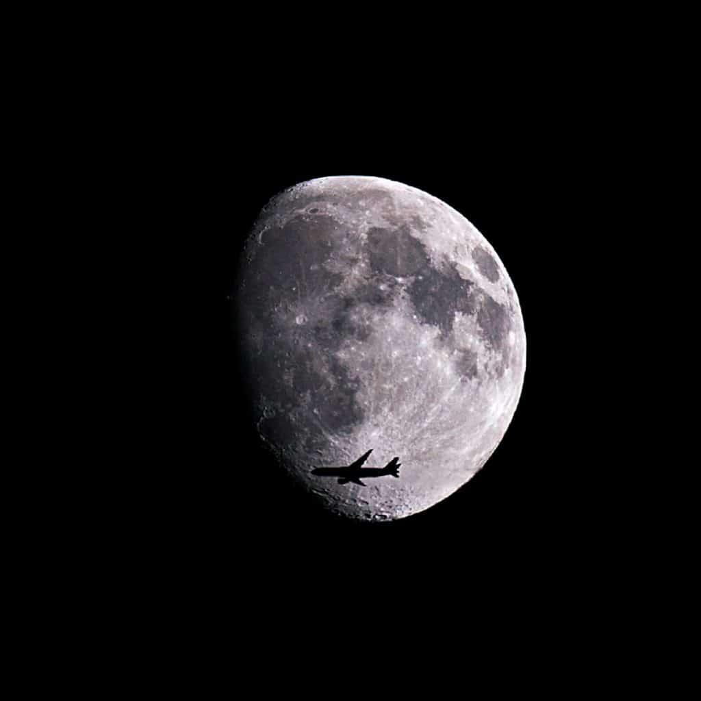 Ay'ın Önünden Geçen Uçak