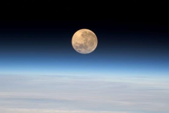 Uzaydan Süper Ay Fotoğrafı
