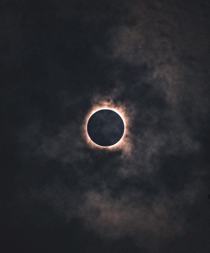 Bulutlu Güneş Tutulması