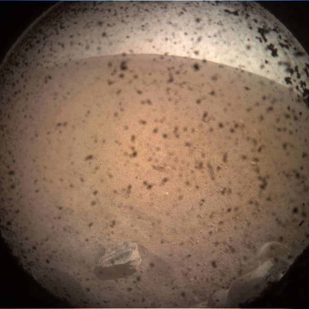 InSight uzay aracı ilk Mars fotoğrafı